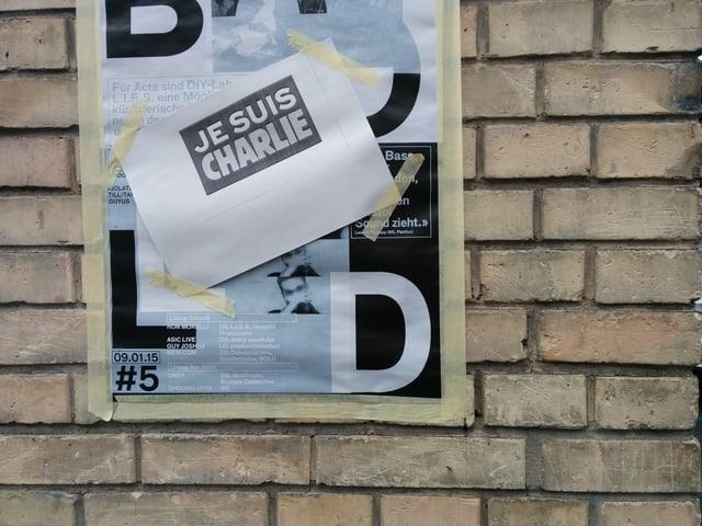 Heute Morgen in Zürich: #JeSuisCharlie hängt überall an erster Stelle.