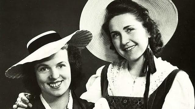 Schwarz-Weiss-Fotografie mit zwei jungen Trachtenfrauen.