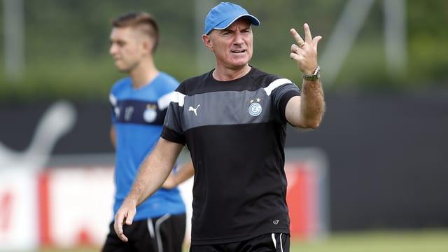 Coach Bernegger macht 3-Finger-Geste
