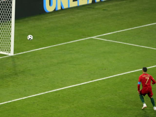 Portugals Cristiano Ronaldo tritt zum Penalty an.