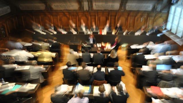 Eine verzerrter Blick in den besetzten Saal des Schaffhauser Kantonsrates