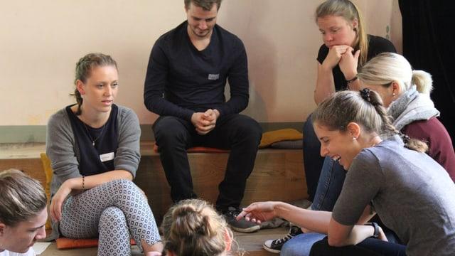 Gruppe von jungen Menschen, die miteinander diskutieren