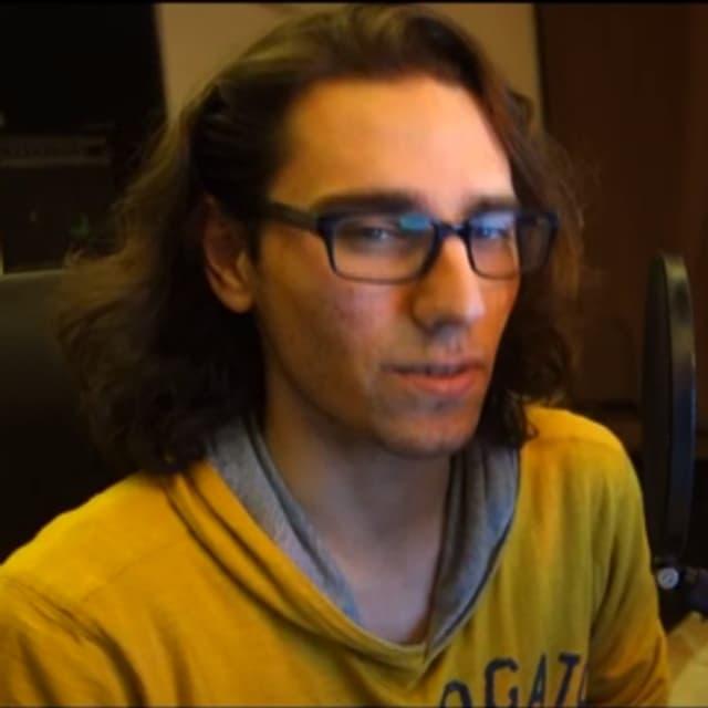 Abdullah Karam höchst persönlich kommentiert mit Videobotschaften was im Spiel passiert.