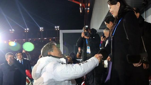 Moon  Jae In (linke Seite) und Kim Yo Jong