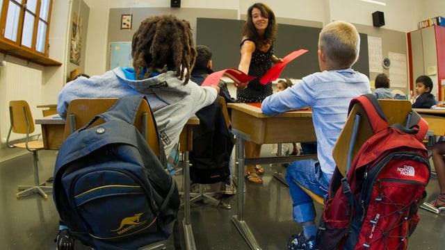 Zwei Kinder in einem Klassenzimmer