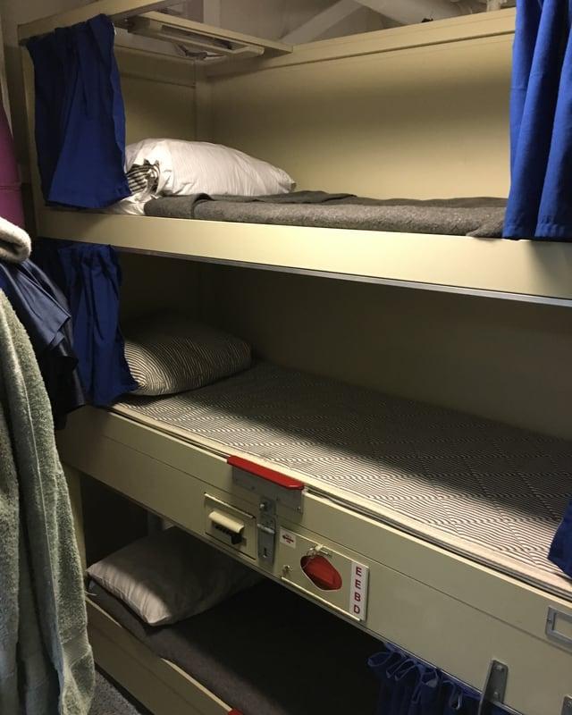Hochbett in einer Schlafkabine.
