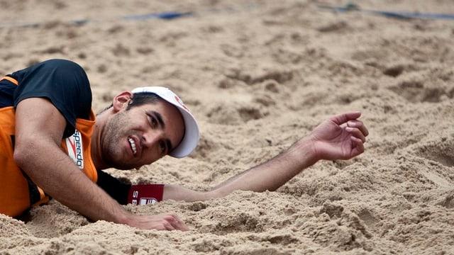 Beachvolleyballer Jan Schnider liegt im Sand