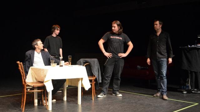 Vier Leute diskutieren an einem Tisch