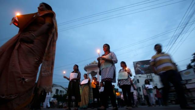 Menschen in Indien halten Kerzen und demonstrieren gegen die Vergewaltigung einer Fünfjährigen.