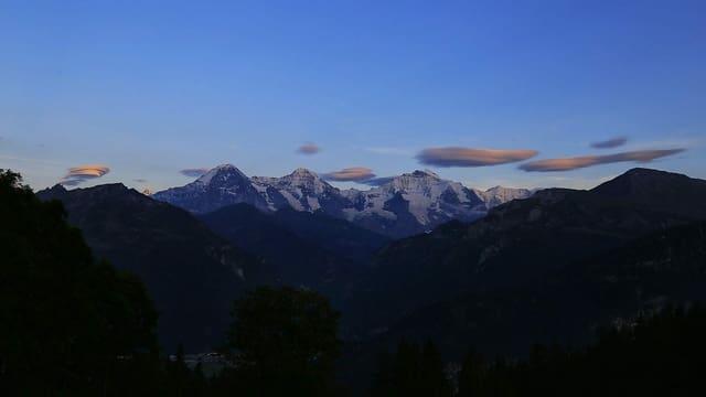 Lenticularis-Wolken am Abendhimmel über dem Jungfraumassiv.