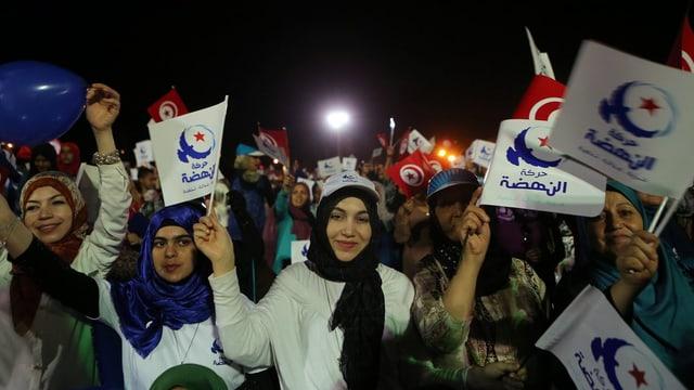 Unterstützer der islamistischen Ennahda-Partei schwenken Fahnen