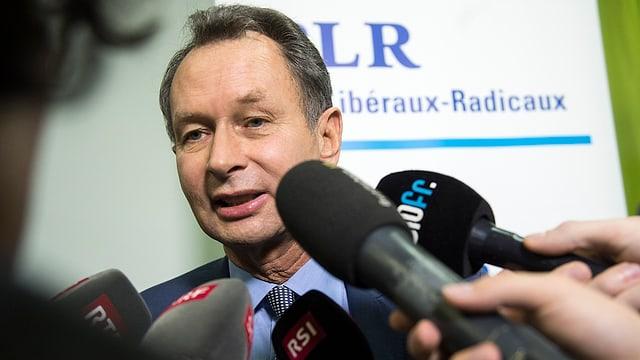 Philipp Müller umringt von Mikrofonen.