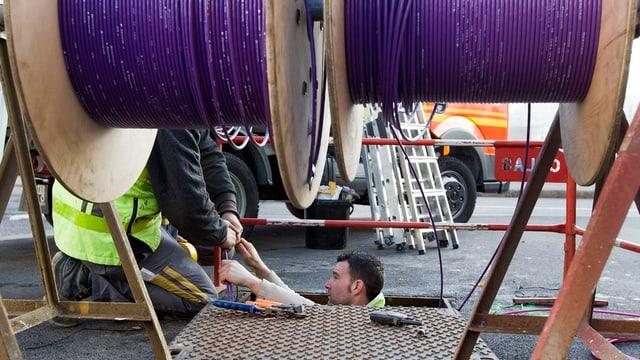 Arbeiter verlegen Glasfasern.