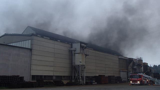 Ein Giesserei-Gebäude steht in Flammen