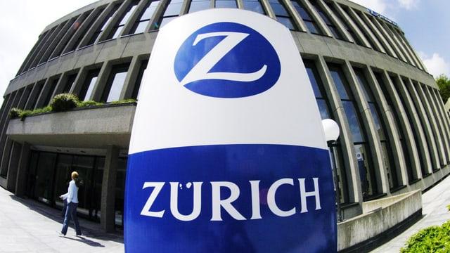 Zurich-Logo vor Haus.