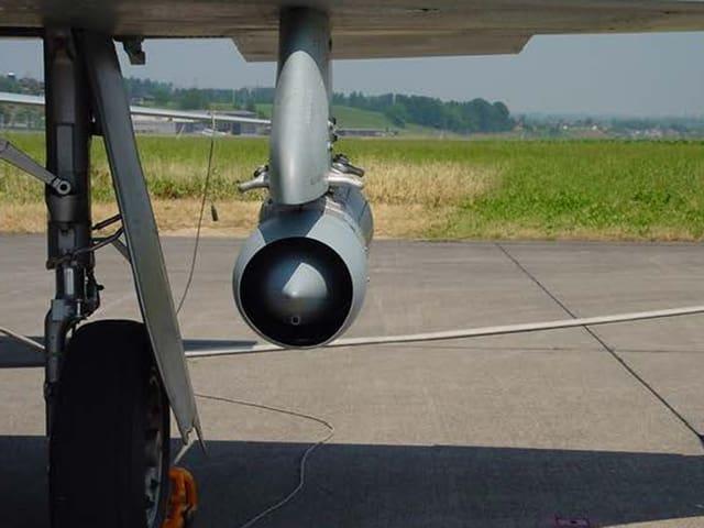 Der Flügel eines Tiger-Jets mit der Vorrichtung, die das Vorkommen von Aerosole misst.