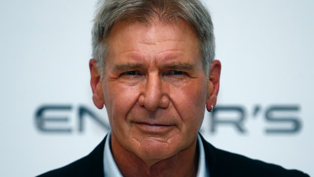 Harrison Ford in Kamera blickend, leicht lächelnd.