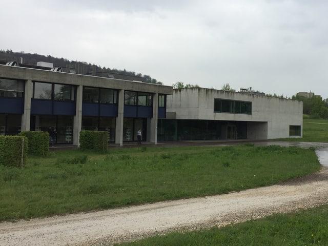 Das Zürcher Staatsarchiv ist ein rechteckiger Betonbau.