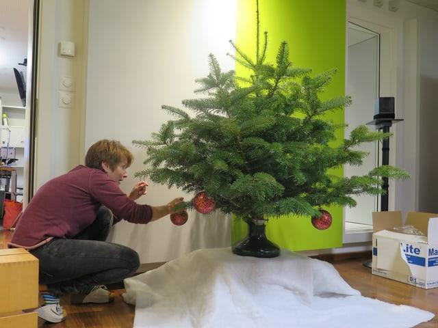 Bea schmückt Baum