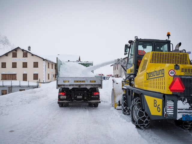 Lastwagen mit Schnee beladen.