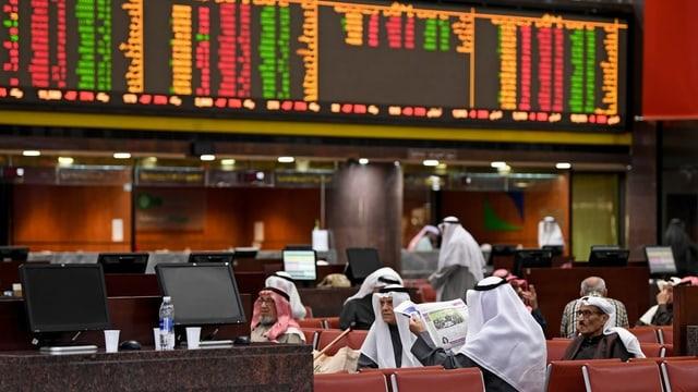 Börsenmakler in Kuwait beobachten die Kurse