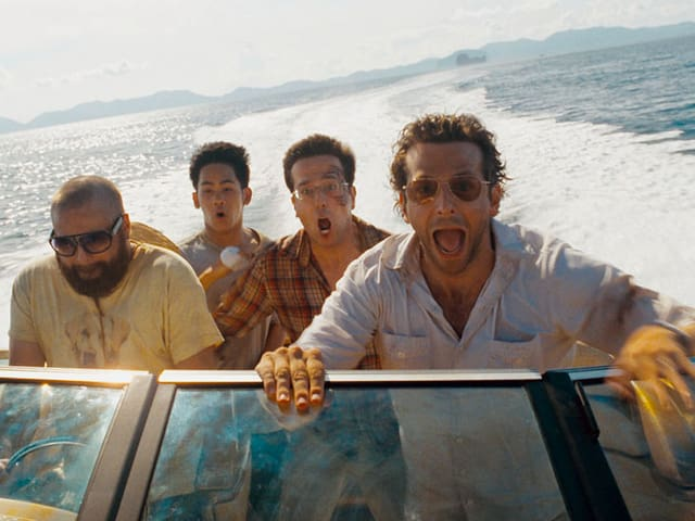 Zach Galifianakis als Alan, Mason Lee als Teddy, Ed Helms als Stu, Bradley Cooper als Phil auf einem Motorboot.