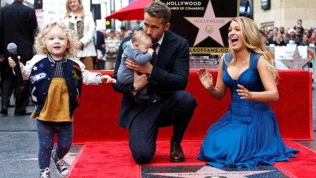 Reynolds und Lively posieren mit der zweijährigen James und ihrer im September geborenen Schwester auf der Sternenplakette.