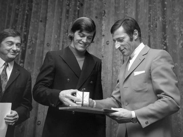 Bernhard Russi und Radrennfahrer Ferdinand Kübler überreichen Preis.