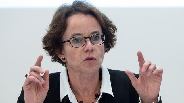 Eva Herzog an einer Pressekonferenz