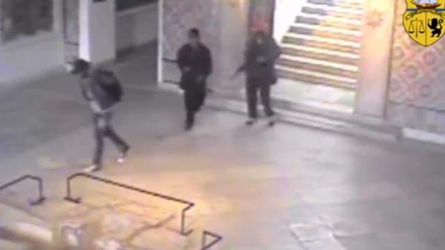 Drei Männer in einer Halle