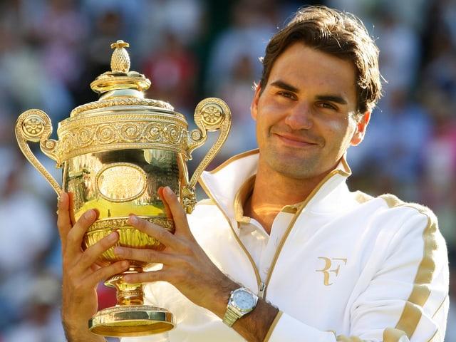 Roger Federer mit dem Wimbledon-Pokal.