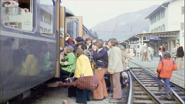 Giuvnas e giuvens van en il tren a Glion