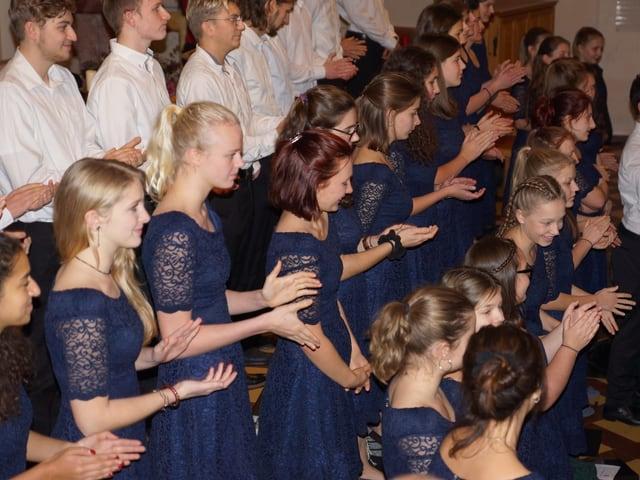 Junge Sänger und Sängerinnen eines Jugendschors.
