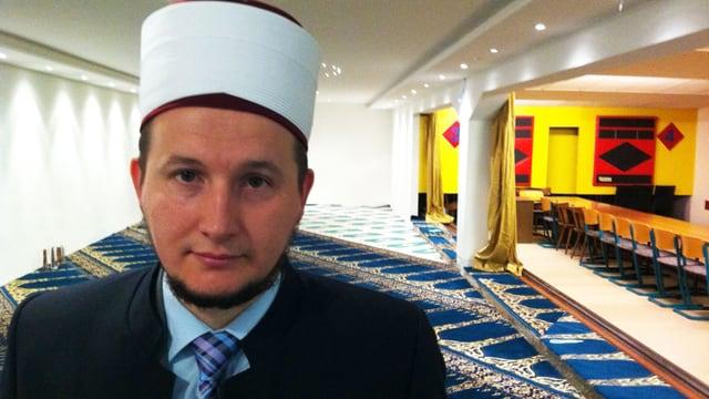 Imam Fehim Dragusha vor seiner Paradies Moschee in St. Gallen.