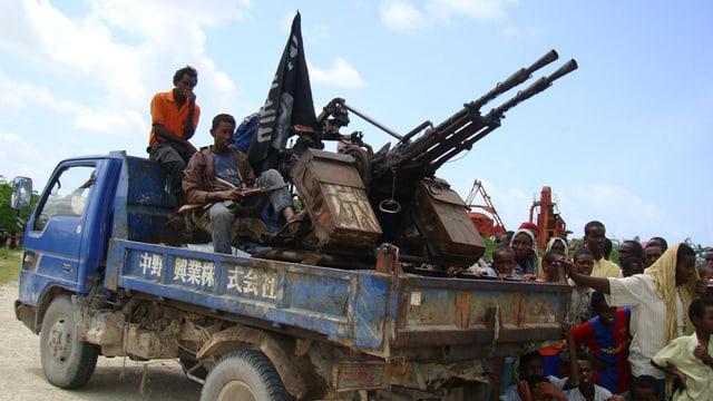 Al-Shabaab-Milizen patroullieren in einem Aussenbezirk von Mogadischu. (Archiv)