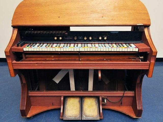 Umgebaute Orgel: Die Klaviatur ist mit Zahlen und Farben übersät.