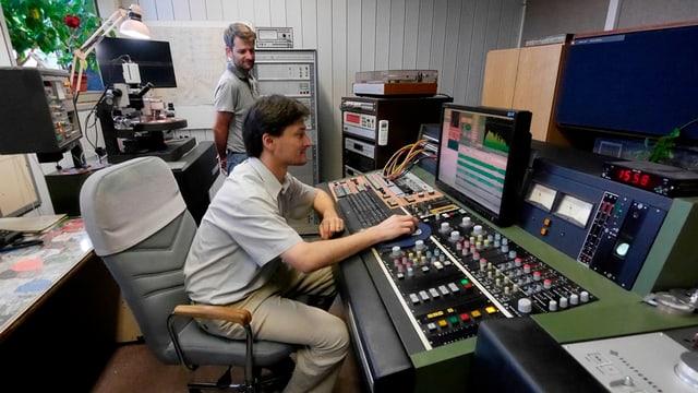 Ein Tontechniker prüft digitale Musikfiles am Computer und passt sie den Bedürfnissen des Vinyls an.