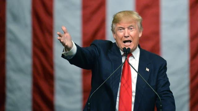 Trump vor ienem Mikrofon.