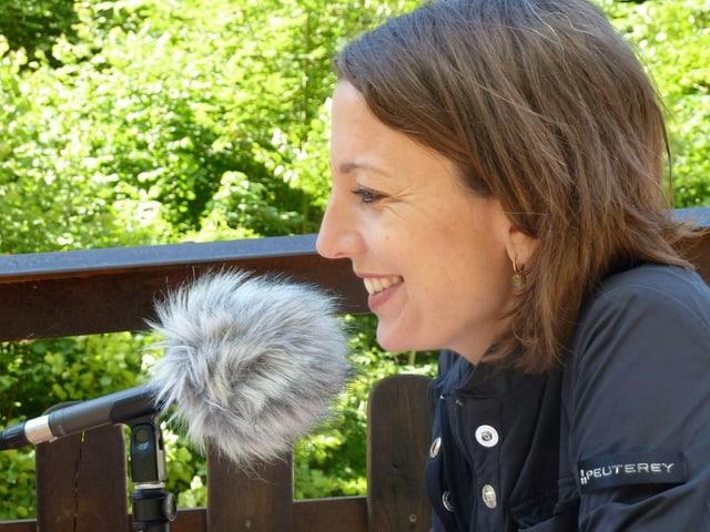 Elisabeth Pestalozzi vor dem Mikrofon