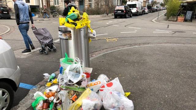 Blick auf Berge von Abfall neben einem Abfallkübel