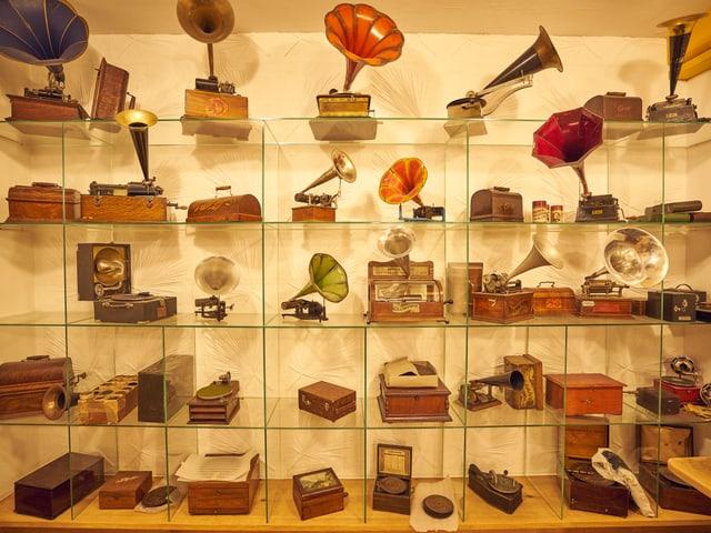 Phonographe und Plattenspieler in einem Regal.