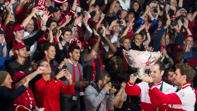 Wawrinka und Lüthi stemmen den Pokal vor dem Publikum in die Höhe