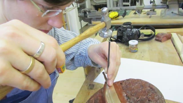Kathrin Schäppi beim Verzieren eines Bronzemessers