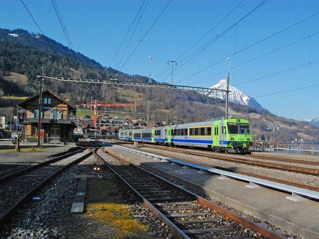 Ein Regionalzug von Spiez her hält in Leissigen.