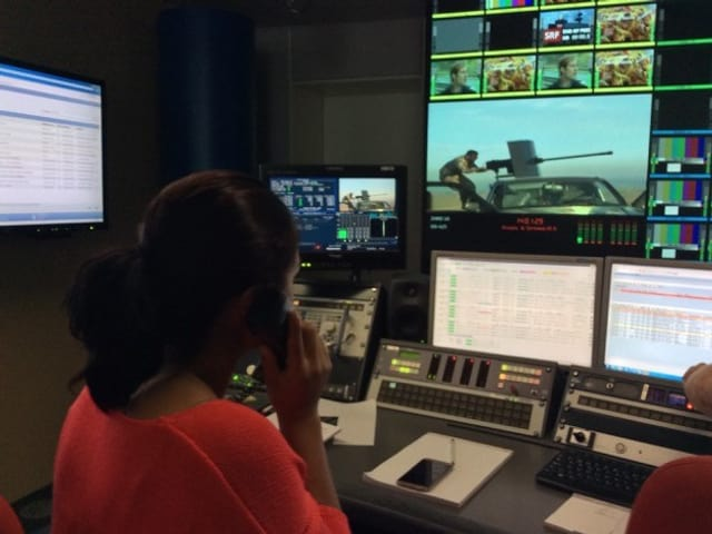 Schaltraum von SRF, Beriwan telefoniert mit Ronahi TV, Monitor zeigt Kriegsbilder