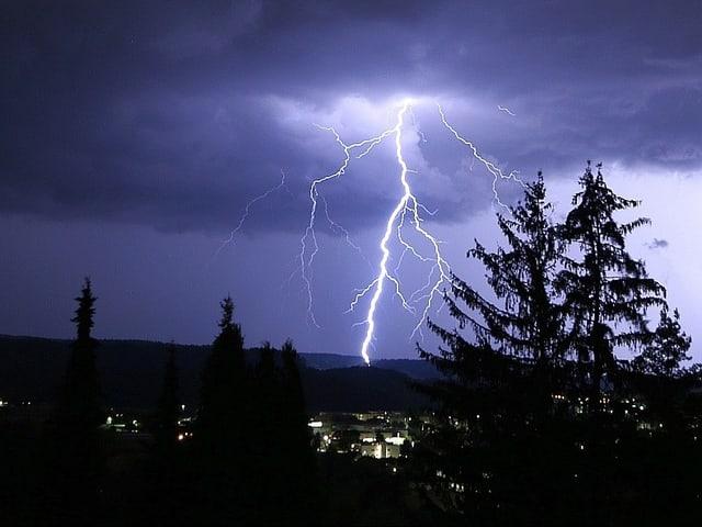 Gewitter über Döttingen im Unteren Aaretal (Aargau).