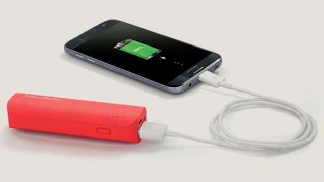 Smartphone an einem mobilen Akku angeschlossen.