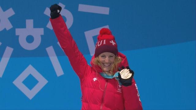 Fanny Smith strahlt mit ihrer Bronzemedaille um die Wette.