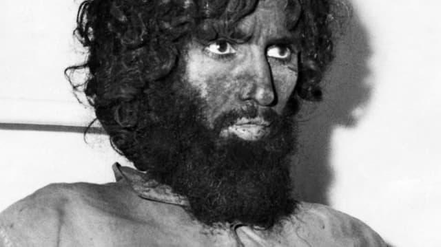 Juhayman al-Otaybi trägt einen Bart. Er hat Dreck im Gesicht.