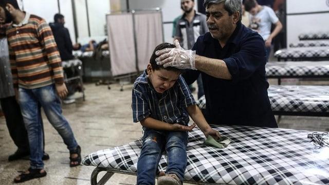 In mattet che vegn tgirà en in ospital en la Siria.